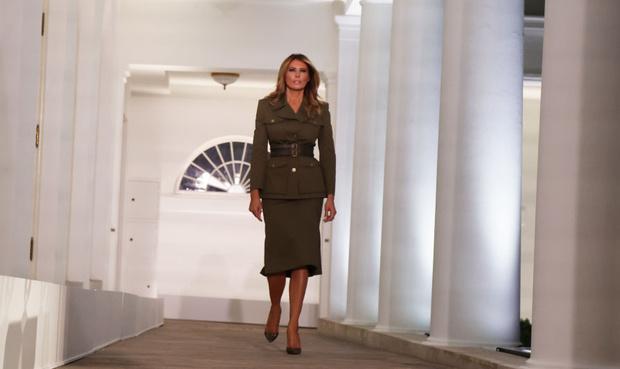 Фото №5 - Сдаемся без боя: ослепительная Мелания Трамп в костюме Alexander McQueen в стиле милитари