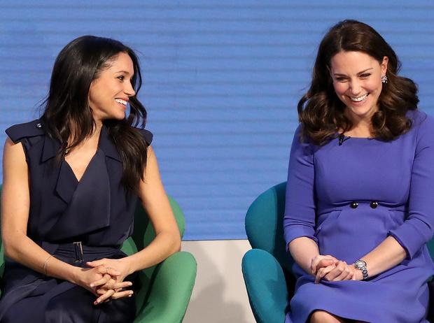 Фото №1 - Что говорят о характере Меган и Кейт их ноги