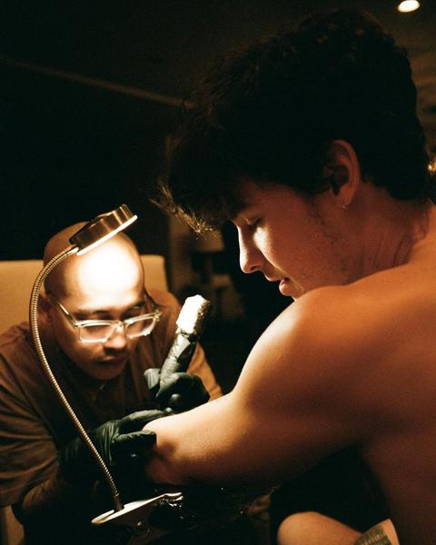 Фото №1 - Шон Мендес набил новую татуировку