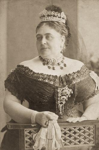 Фото №35 - Какую тиару Елизавета II одолжит Меган Маркл на свадьбу: делаем ставки