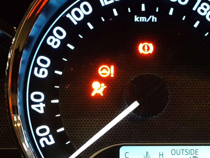 Горящий при работающем двигателе индикатор подушки безопасности указывает на возможные неполадки