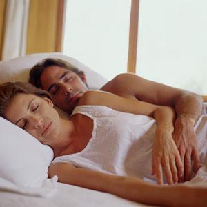 Фото №1 - Счастливые в браке спят крепко