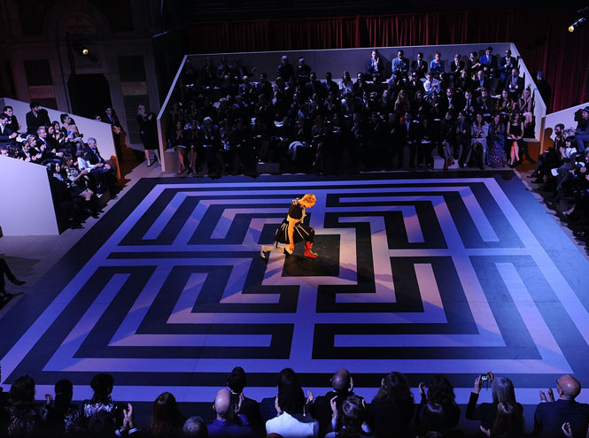 Фото №4 - Prada создали театральный костюм