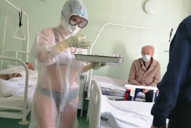 Фото №2 - Тульскую медсестру наказали за выход на работу в купальнике и прозрачном защитном костюме