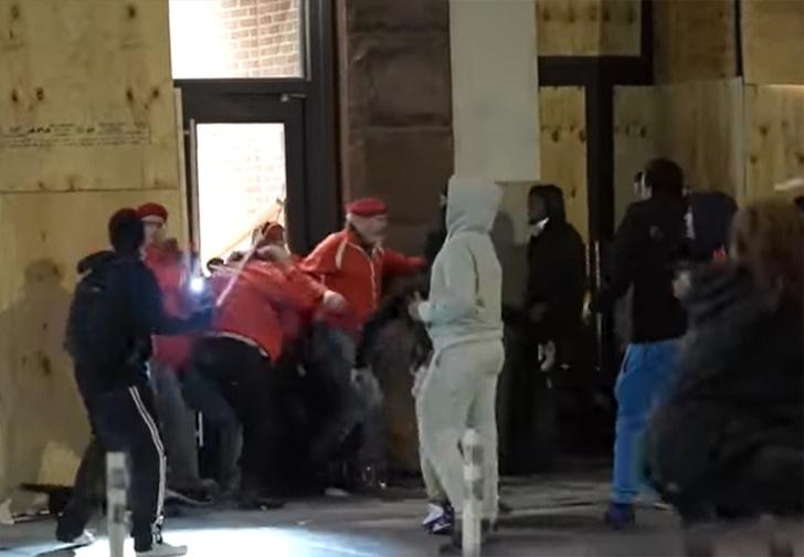 Фото №1 - В США команда «Ангелов-хранителей» отбила от мародеров магазин кроссовок Nike (видео)