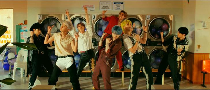 Фото №4 - Мы влюбились! Лучшие летние вещи из клипа BTS «Permission to Dance»