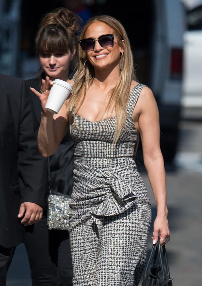 По фигуре: Дженнифер Лопес в твидовом платье Silvia Tcherassi (фото 1.2)