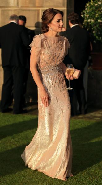 Фото №22 - 15 примеров, когда королевские особы надевали одно и то же вечернее платье несколько раз