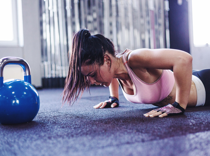 Фото №1 - 10 простых упражнений, которые помогут пережить рабочую неделю