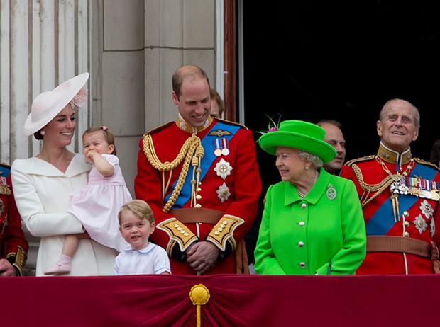 Фото №2 - Принцесса Шарлотта и принц Джордж стали главными героями «балконного шоу»