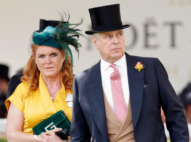 Фото №1 - Новый скандал: жизнь не по средствам и тайные долги принца Эндрю и Сары Фергюсон