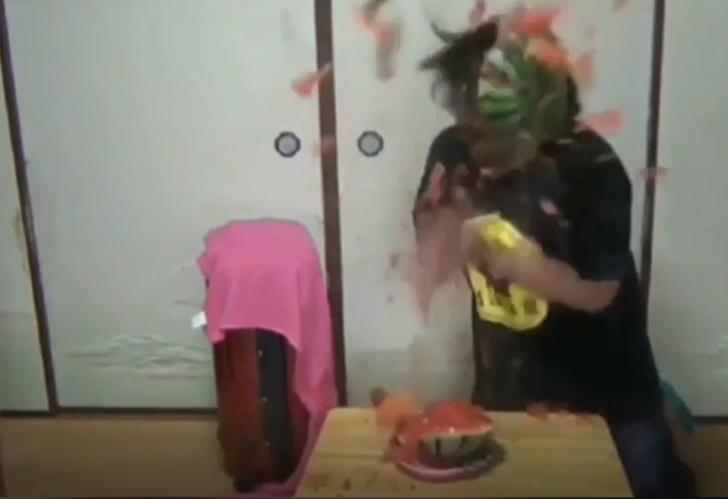 Фото №1 - Арбуз отправляет в нокаут участника «арбузного челленджа» (видео)