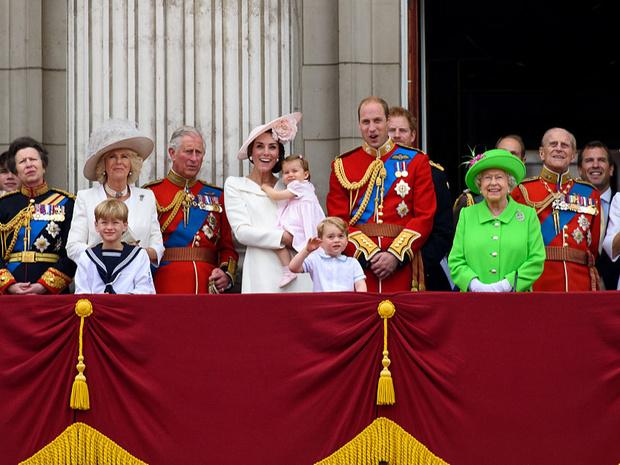 Фото №1 - Кого из Виндзоров больше всего любит придворный персонал (спойлер— это вовсе не Королева)