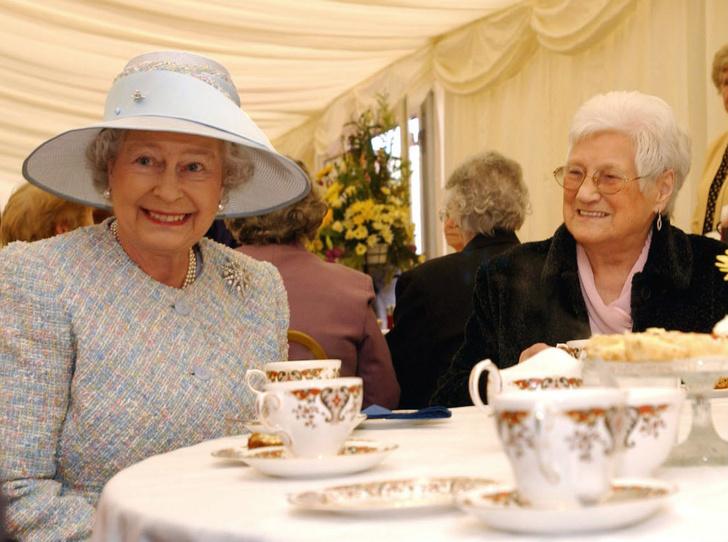Фото №2 - Обед во дворце: что можно и нельзя делать во время трапезы с Королевой