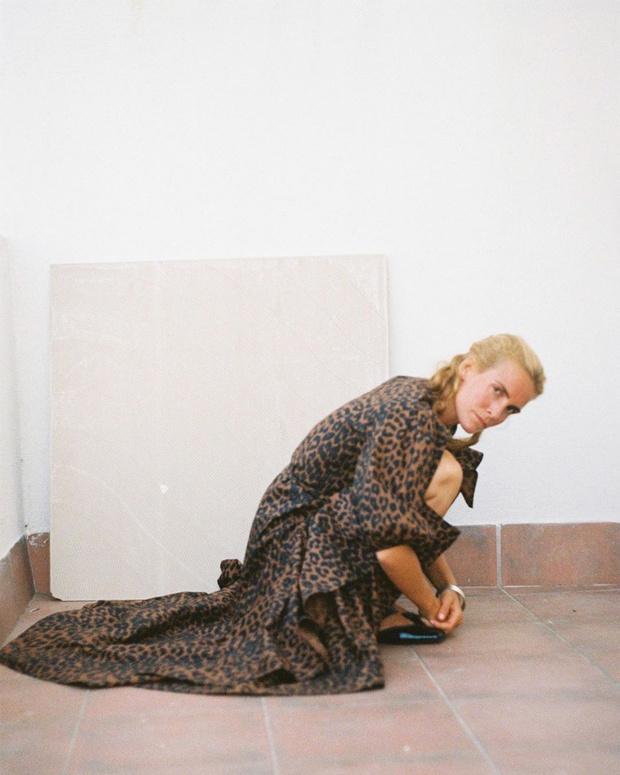 Фото №2 - Statement dress: Бланка Миро в леопардовом платье Ganni