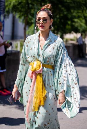 Фото №22 - Как носить шелковые платки: 10 самых простых и стильных способов