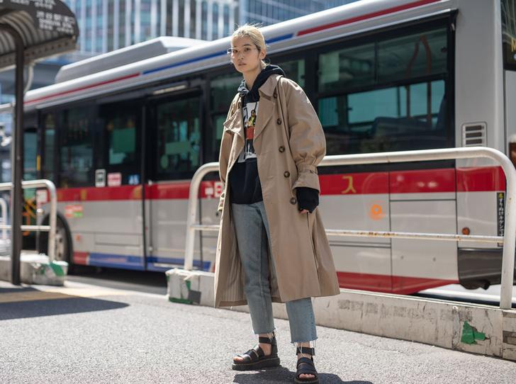 Фото №8 - Как носить бежевый тренч: 8 стильных и нескучных способов