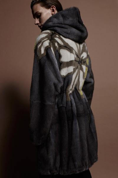 Фото №5 - Тенденция осени: пальто из меха с принтом