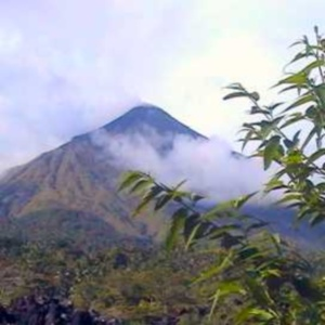 Фото №1 - В Индонезии проснулся вулкан