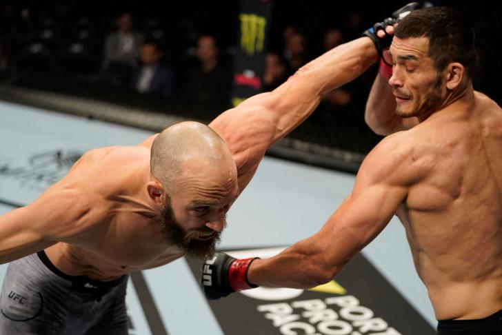 Фото №1 - Первый узбек в UFC так послал в нокаут бойца США, что у того вылетела капа (видео)