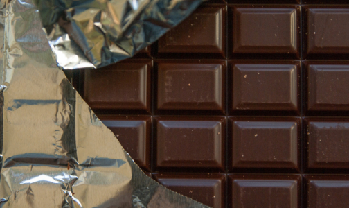 Фото №1 - Эксперты Роскачества объяснили, как выбрать настоящий молочный шоколад