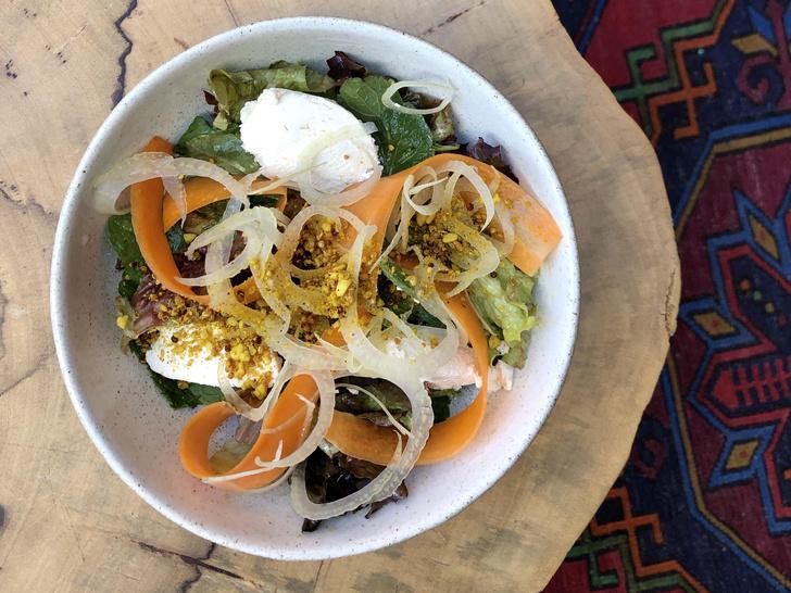 Фото №1 - Рецепт дня: легкий салат с мятой, морковью, рикоттой и арахисовой заправкой