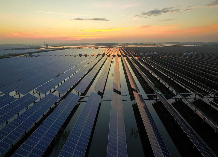 Фото №1 - В Китае появилась плавучая солнечная «ферма»
