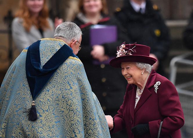 Фото №2 - Меган Маркл на своей первой официальной службе с Елизаветой II