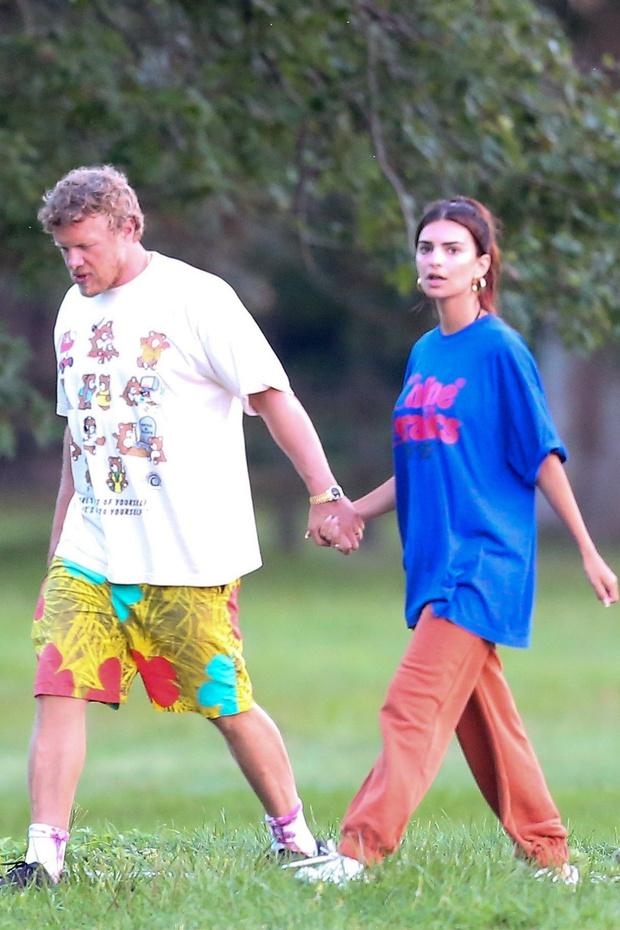Фото №1 - Объемная футболка + спортивные брюки: образ Эмили Ратаковски для долгих прогулок с мужем