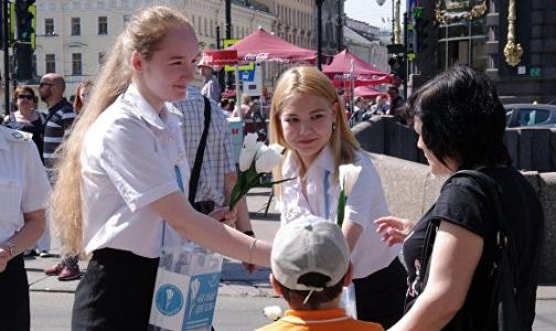 Фото №1 - Петербуржцам подарят тысячи белых цветов для поддержки детей с тяжелыми заболеваниями