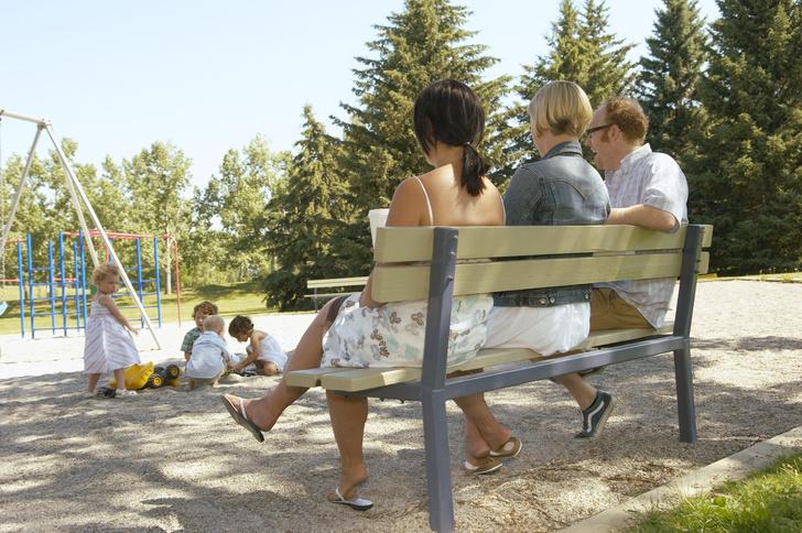Фото №3 - 7 типов мам на детской площадке, которые всех раздражают