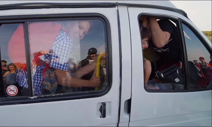 Фото №1 - Эксперимент: сколько человек может влезть в самую обычную маршрутку (злободневное видео)