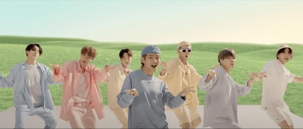 Фото №2 - Семь нежных пастельных оттенков для мужчин в клипе BTS, который побил рекорд YouTube