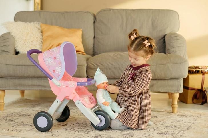 девочка после игры с куклой едва не осталась без пальца