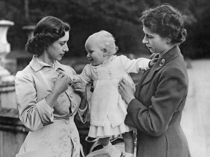 Фото №11 - Сестры и лучшие подруги: 20 самых трогательных и теплых фото Королевы и принцессы Маргарет