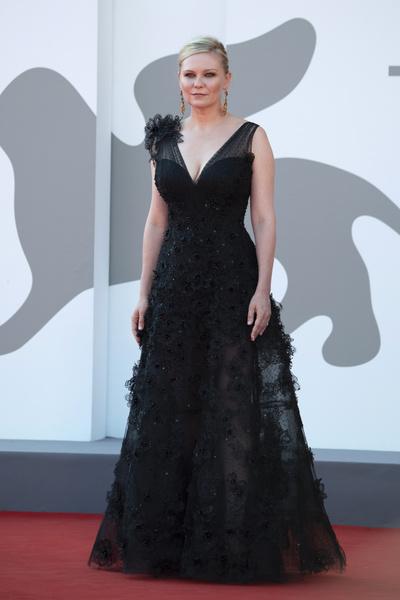 Фото №2 - 7 самых красивых звездных мам на красной дорожке Венецианского кинофестиваля-2021