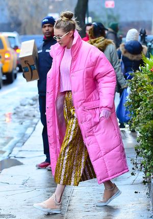 Фото №1 - Зимние пуховки 2021: смотри, как носит Джиджи Хадид, Кайли Дженнер, Валя Карнавал и другие