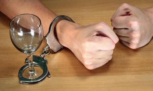 Фото №1 - Избавиться от алкоголизма: закодировать, подшить, загипнотизировать
