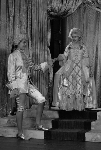 Фото №7 - Рождественский театр Виндзоров: как принцессы Елизавета и Маргарет поднимали боевой дух нации