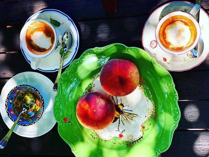 Фото №2 - Юлия Высоцкая рассказала, в каких чашках кофе особенно вкусный