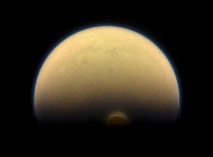 Фото №1 - На спутнике Сатурна обнаружено «невозможное» облако