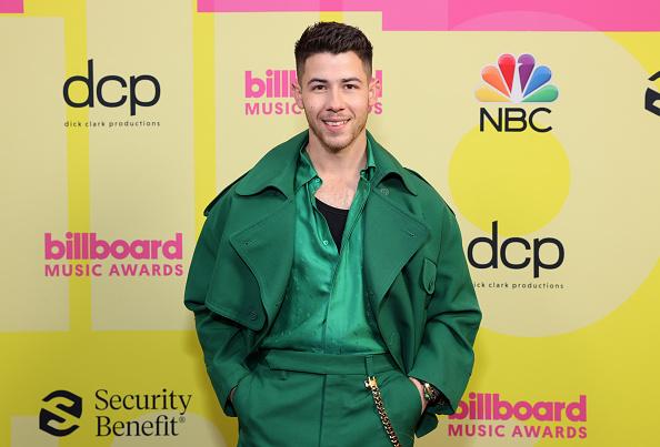 Фото №2 - Чистый изумруд: лучший мужской образ на Billboard Music Awards 2021— костюм Ника Джонаса
