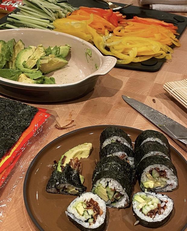 Фото №2 - Клубника, салат «Капрезе» и булочки с корицей: беременная Джиджи Хадид рассказала, из чего состоит ее диета