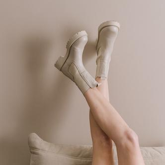 Фото №9 - Временами дождь: 4 пары грубых ботинок в цвете экрю