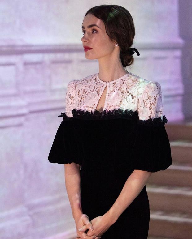Фото №1 - Русское платье из кружева и бархата, в котором Лили Коллинз ходит в музей