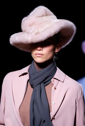 Фото №2 - Пушистые шляпы, ушанки и бейсболки без козырька: самые модные головные уборы сезона