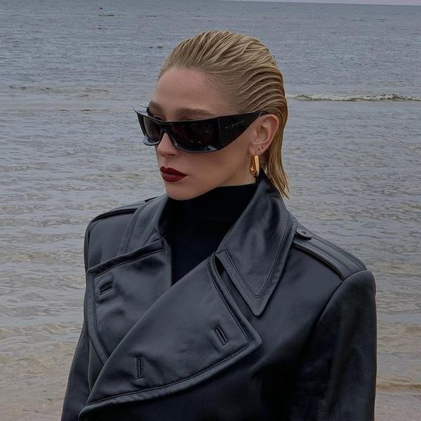 Фото №1 - Этой осенью покупаем кожаные тренчи, как в новой фотосессии Насти Ивлеевой 🖤
