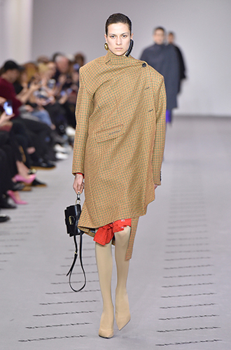 Фото №14 - Стразы, ботфорты и колготки в сеточку: как в моду входит все то, что раньше считалось безвкусицей