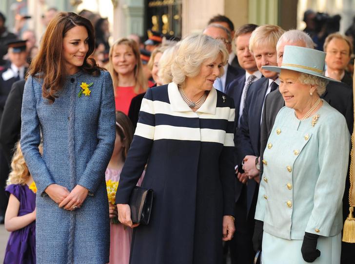 Фото №2 - Много чести: как и зачем Елизавета II заботится о Меган Маркл