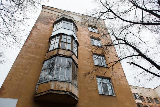 Фасады домов в Городке настоятельно требуют ремонта.